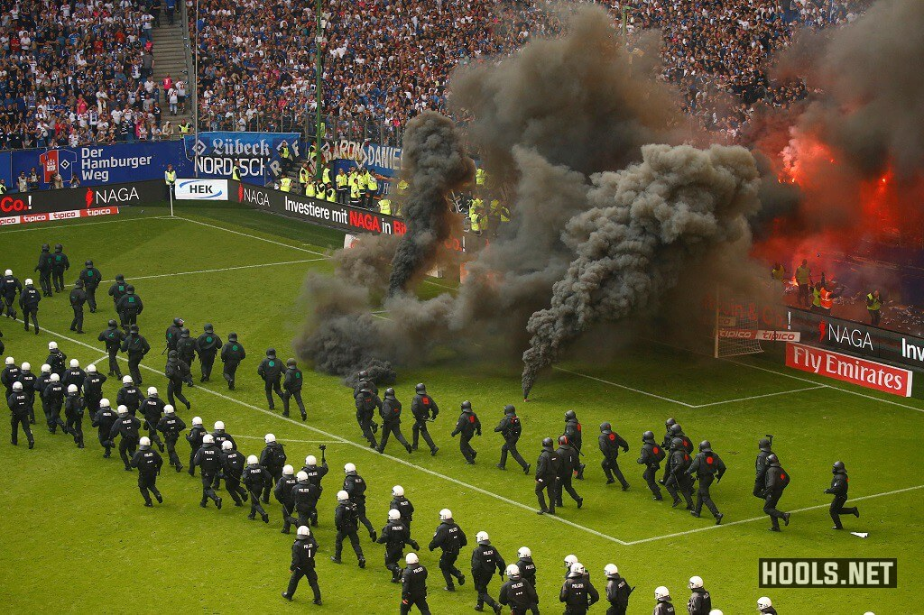 Hamburg fans delayed their team's home clash against Borussia Monchengladbach by throwing flares and smoke bombs onto the pitch