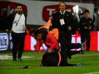 Fan attacks assistant referee during Trabzonspor-Fenerbahce game