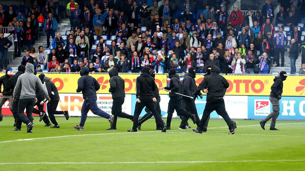 Holstein Kiel hooligans invade the pitch