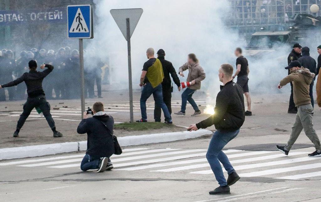 Dynamo Kyiv hools clash with cops