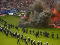 Hamburg fans delay match with flares and smoke bombs